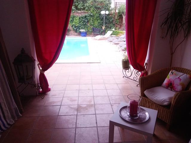 部屋の前にはプライベートテラスがあって、その向こうはプールだ