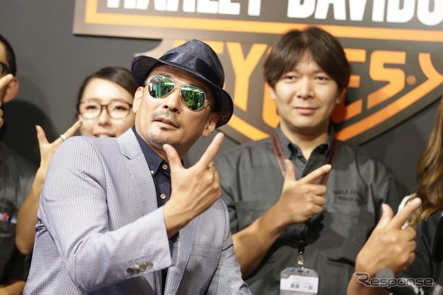 ハーレーダビッドソンシティ川越のリニューアルオープン式典に登場したクレージーケンバンドのヴォーカル、横山剣さん。