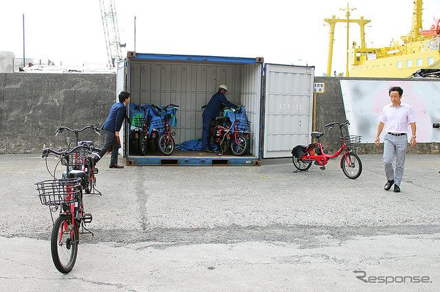 八丈島に到着したドコモ・バイクシェアの赤い自転車