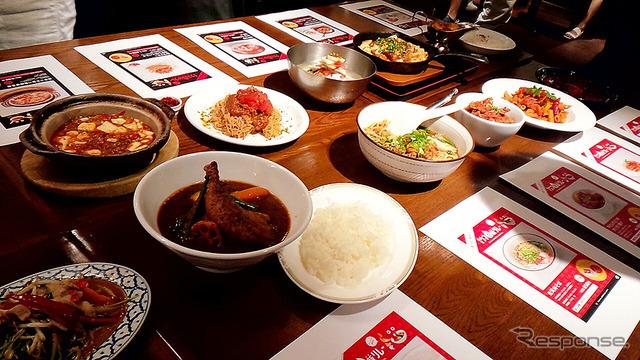 「東京ウマ辛飯リレー」試食会のようす(東京駅、7月20日)