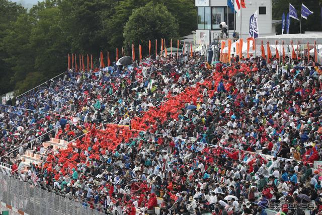 大観衆が熱戦を見つめた。