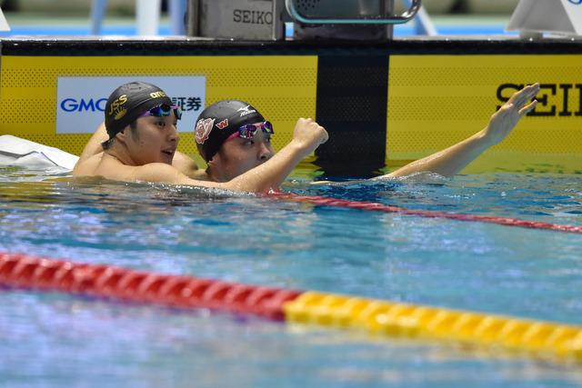 瀬戸大也(左)と坂井聖人(2016年4月8日)