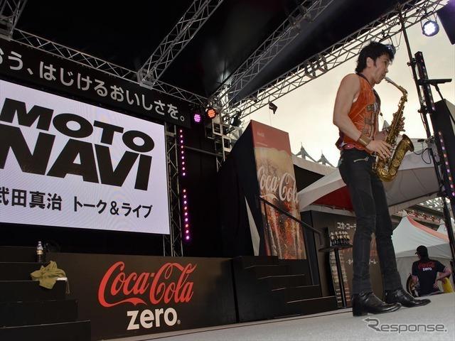 初の鈴鹿8耐で、サックスを演奏する武田真治さん