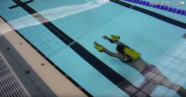 まるで何かに引っ張られているよう! 水中を自在に速く泳げる最新アイテム登場