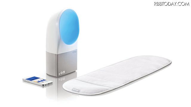 """「Withings Aura」は、マットレスの下に敷く""""スリープセンサー""""と、光と音で快適な睡眠環境を作る""""ベッドサイドデバイス""""と、スマートフォンのアプリを組み合わせたシステム"""