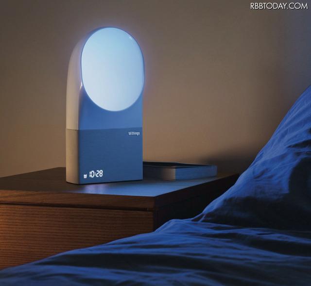 ベッドサイドデバイスは、音・室温・部屋の光をトラッキングして、部屋の環境を分析する