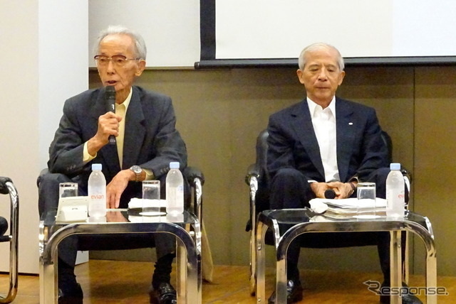 佐々木紫郎元副社長(左)
