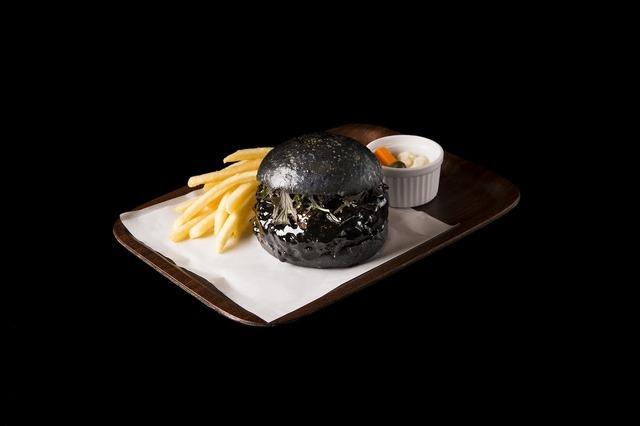 「ミュージアム カフェ & レストラン THE SUN & THE MOON」の「まっくろバーガー」(1,380円)
