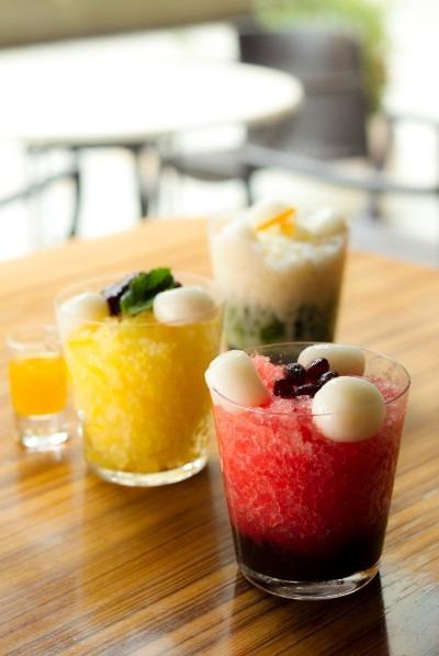 トラヤカフェ(けやき坂 1F) (手前)すいかのみぞれ (中央)シトロンジンジャーのみぞれ (奥)抹茶とシトラスミルクのみぞれ 各1,026円
