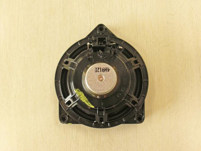 「メルセデス・ベンツ・Cクラス」の純正スピーカー。キットのスピーカーと比べると、フレームや磁気回路等が貧弱に見える。
