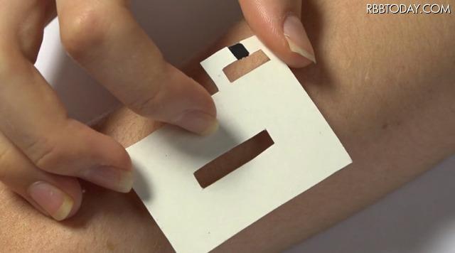 皮膚に貼り付けるだけ! スマホ操作ができるタトゥーシール「DuoSkin」