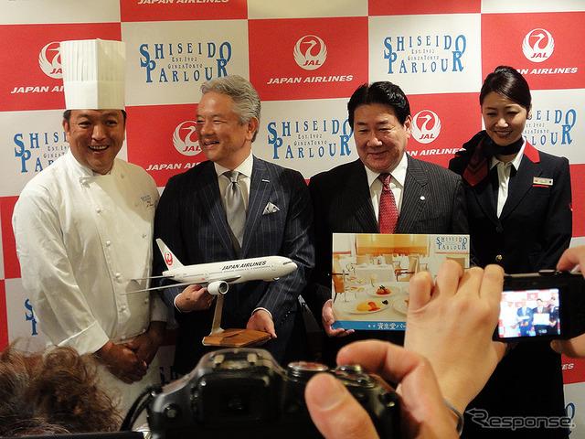 左から資生堂パーラー銀座本店 井上直久料理長、資生堂パーラー 鈴木真社長、日本航空 植木義晴社長