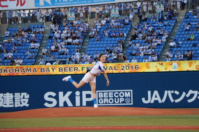 橋本マナミ、「筒香選手の身体を触りまくりたい」…ベイスターズ始球式に登板