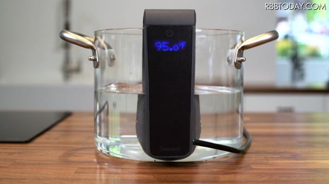自宅でも簡単に! スマホと連携できる真空調理器「Sansaire Delta」