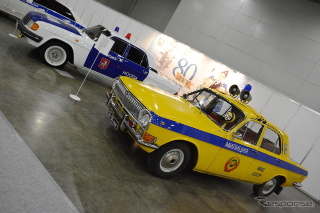 GIBDDのパトカー展示コーナー。背景に80周年を祝う横断幕が見える