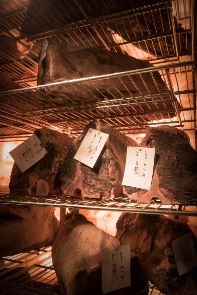 「アレクサンダーズ ステーキハウス」国内最大規模の肉を熟成する設備を備えた店内