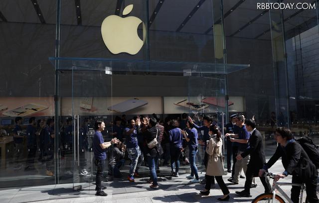 iPhone SEの発売日の様子(Apple Store 表参道)(C)Getty Images